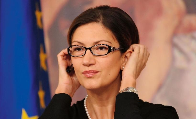 https://www.ragusanews.com//immagini_articoli/22-09-2011/la-classe-pollaio-la-gelmini-ladra-del-nostro-futuro-500.jpg