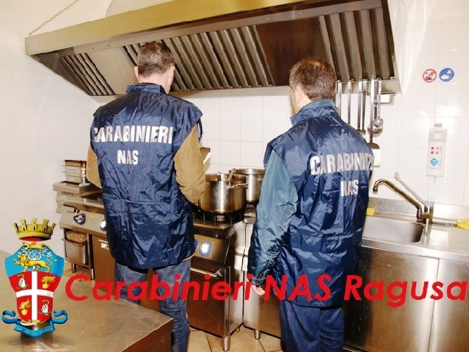 http://www.ragusanews.com//immagini_articoli/22-09-2015/carabinieri-chiudono-residence-abusivo-a-marina-500.jpg