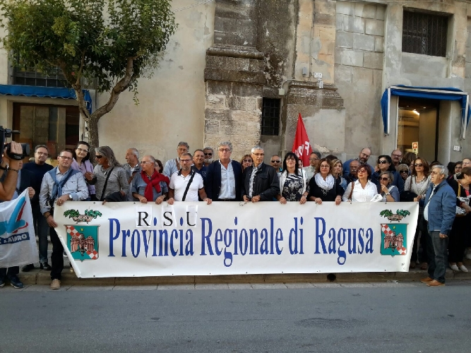 http://www.ragusanews.com//immagini_articoli/22-09-2017/dipendenti-provincia-incontrano-crocetta-500.jpg