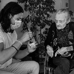 https://www.ragusanews.com//immagini_articoli/22-09-2020/l-ex-tronista-aiuta-la-nonna-centenaria-a-mangiare-240.jpg