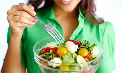 https://www.ragusanews.com//immagini_articoli/22-09-2021/insalata-durante-la-dieta-come-mangiarla-per-non-ingrassare-280.jpg