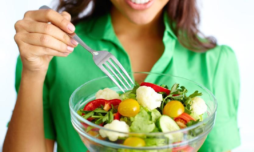 https://www.ragusanews.com//immagini_articoli/22-09-2021/insalata-durante-la-dieta-come-mangiarla-per-non-ingrassare-500.jpg
