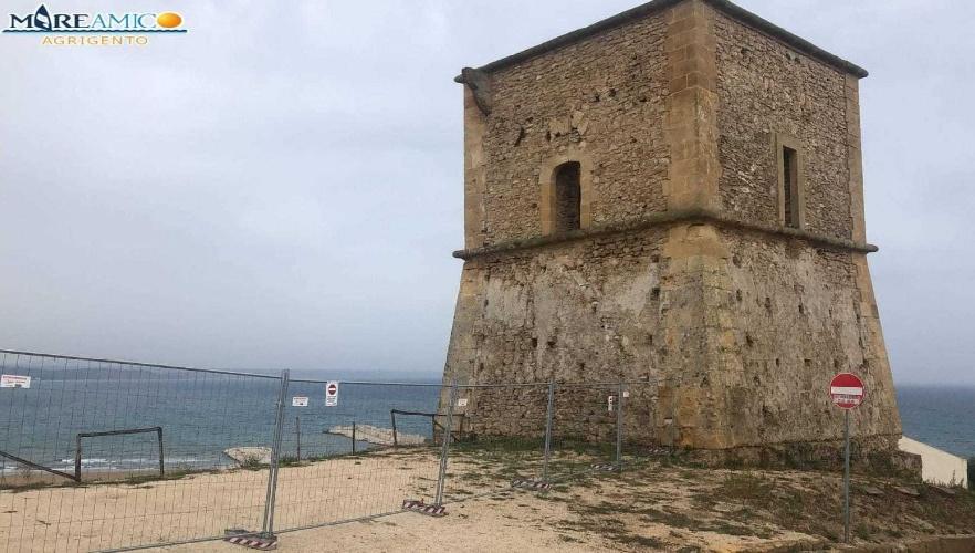 https://www.ragusanews.com//immagini_articoli/22-09-2021/questa-e-roba-nostra-e-transennano-la-torre-saracena-chi-la-spuntera-500.jpg