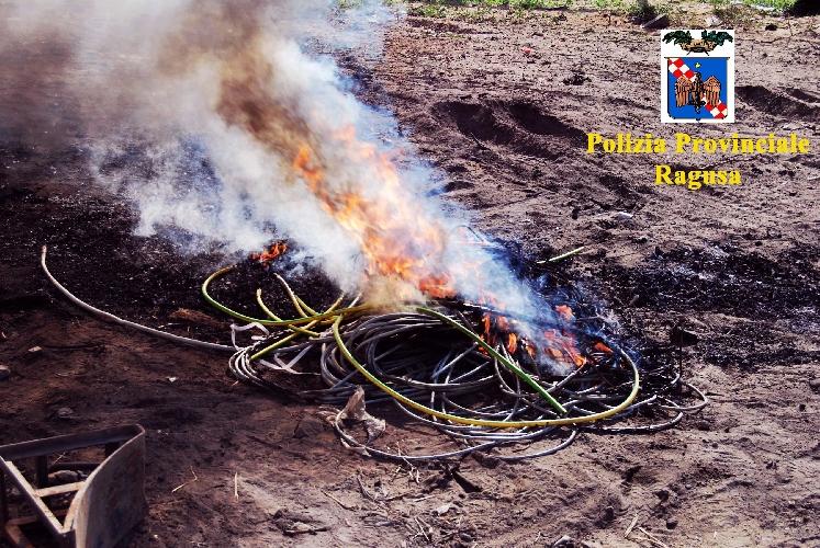 http://www.ragusanews.com//immagini_articoli/22-10-2014/bruciava-fili-di-rame-rubati-denunciato-500.jpg