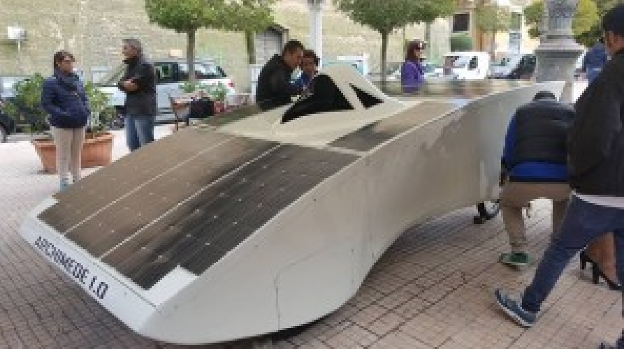 https://www.ragusanews.com//immagini_articoli/22-10-2015/vola-archimede-vola-l-auto-solare-made-in-siracusa-500.jpg