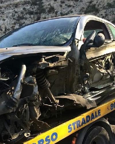 https://www.ragusanews.com//immagini_articoli/22-10-2017/schianta-curva-pineta-incidente-chiaramonte-foto-500.jpg