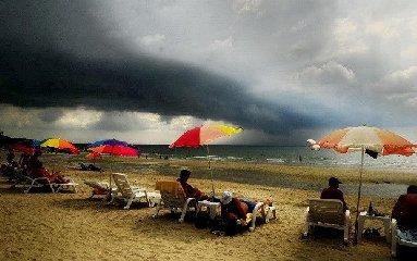 https://www.ragusanews.com//immagini_articoli/22-10-2018/aiuto-siamo-diventati-clima-tropicale-allerta-gialla-anche-240.jpg