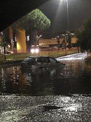 https://www.ragusanews.com//immagini_articoli/22-10-2018/piove-roma-automobilisti-tetti-auto-240.jpg
