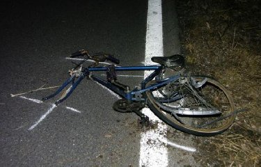 https://www.ragusanews.com//immagini_articoli/22-10-2019/auto-travolge-ciclista-e-lo-uccide-240.jpg