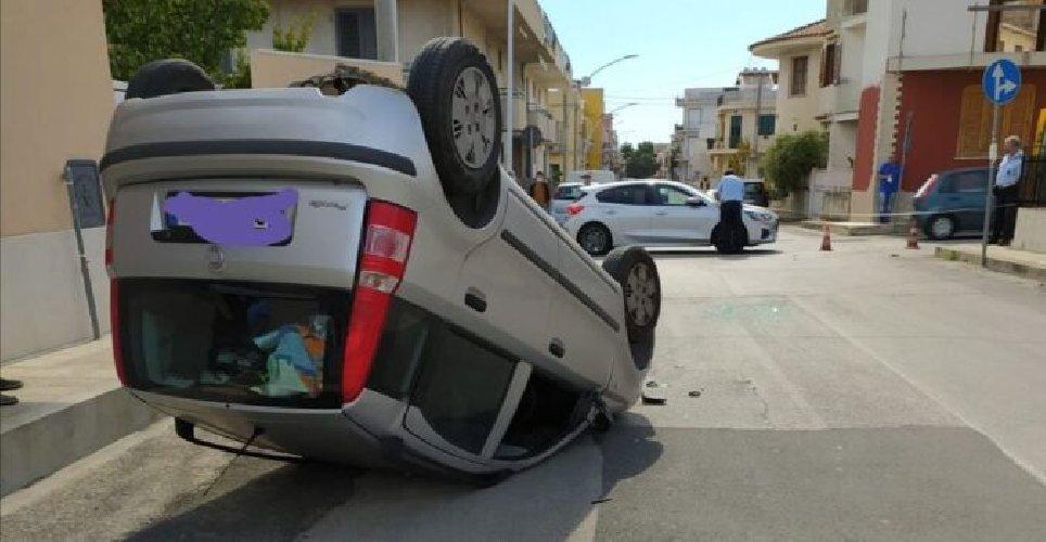 https://www.ragusanews.com//immagini_articoli/22-10-2020/incidente-in-centro-panda-cappotta-500.jpg