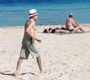 https://www.ragusanews.com//immagini_articoli/22-10-2021/harrison-ford-in-spiaggia-da-solo-nessuno-lo-riconosce-video-280.jpg