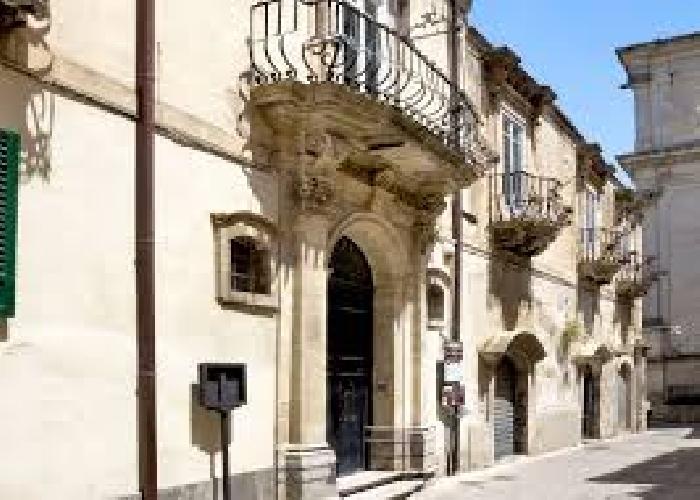 https://www.ragusanews.com//immagini_articoli/22-11-2017/ragusa-ibla-apre-linfotourist-palazzo-rocca-500.jpg
