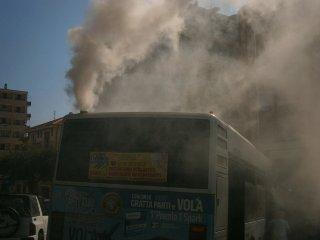 https://www.ragusanews.com//immagini_articoli/22-11-2018/autobus-fumo-modica-paralizza-traffico-240.jpg