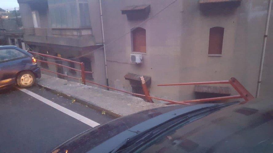 https://www.ragusanews.com//immagini_articoli/22-11-2020/rischia-di-precipitare-con-l-auto-tragedia-sfiorata-a-modica-500.jpg