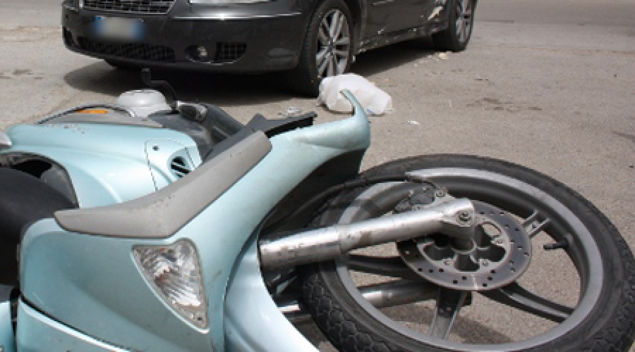 http://www.ragusanews.com//immagini_articoli/22-12-2014/moto-contro-auto-ferito-un-ragazzo-500.jpg
