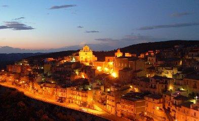 https://www.ragusanews.com//immagini_articoli/22-12-2017/ospitalita-diffusa-inaugura-welcome-point-monterosso-almo-240.jpg