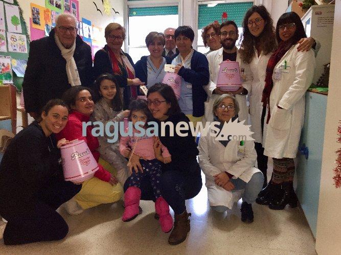 https://www.ragusanews.com//immagini_articoli/22-12-2017/ragusa-pandoro-piccoli-pazienti-pediatria-500.jpg