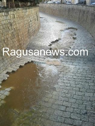 http://www.ragusanews.com//immagini_articoli/23-01-2017/scicli-piena-divelto-greto-torrente-video-420.jpg