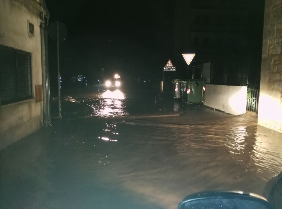 http://www.ragusanews.com//immagini_articoli/23-01-2017/trenta-auto-sommerse-acqua-fontana-420.jpg