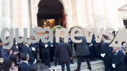 https://www.ragusanews.com//immagini_articoli/23-01-2019/folla-immensa-funerali-aurora-cristian-rita-240.jpg