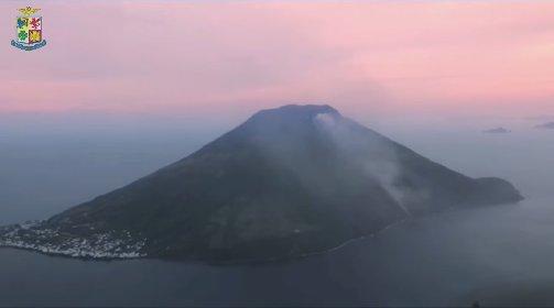 https://www.ragusanews.com//immagini_articoli/23-01-2021/eruzione-sullo-stromboli-ripresa-aereonautica-militare-280.jpg