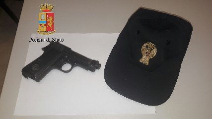 https://www.ragusanews.com//immagini_articoli/23-02-2018/aeroporto-comiso-pistola-valigia-preso-240.jpg