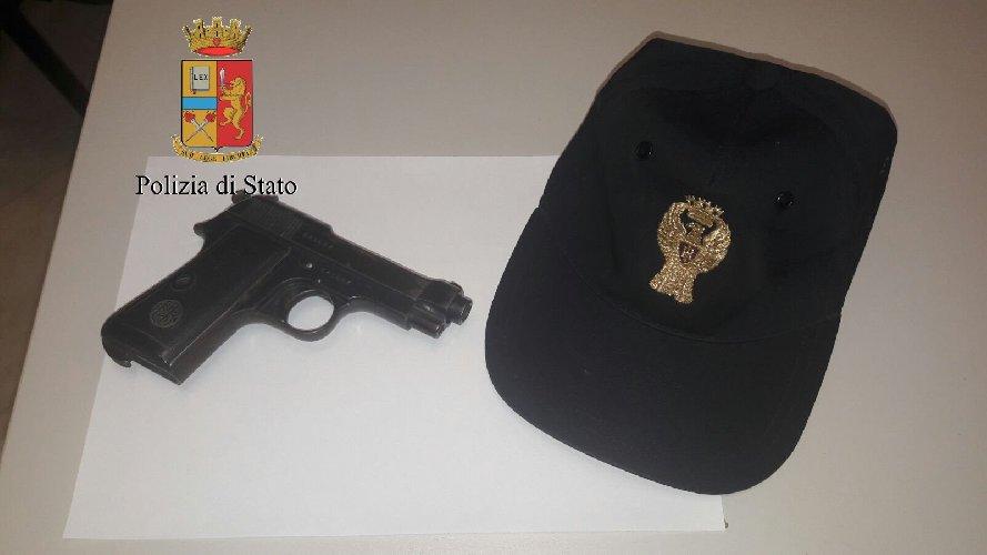 https://www.ragusanews.com//immagini_articoli/23-02-2018/aeroporto-comiso-pistola-valigia-preso-500.jpg