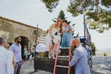 https://www.ragusanews.com//immagini_articoli/23-02-2018/stranieri-fanno-matrimoni-bucolici-sicilia-240.jpg