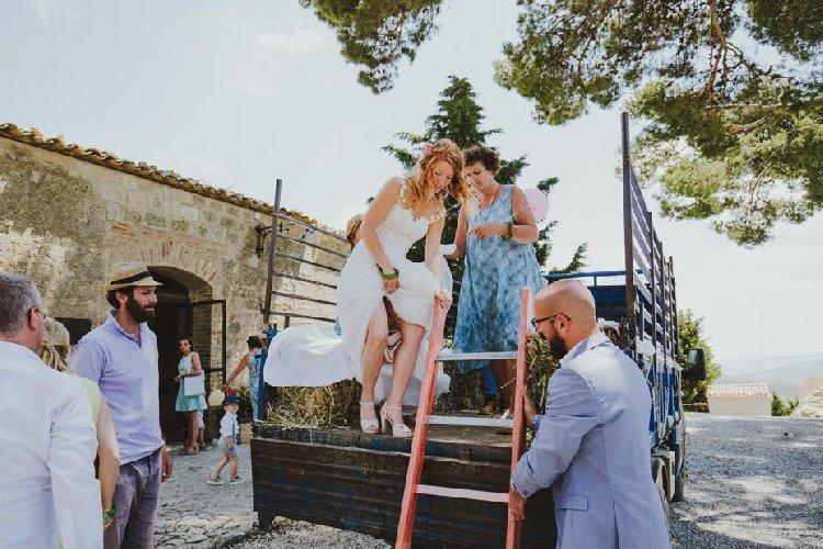 https://www.ragusanews.com//immagini_articoli/23-02-2018/stranieri-fanno-matrimoni-bucolici-sicilia-500.jpg
