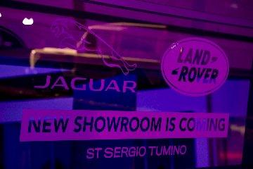 https://www.ragusanews.com//immagini_articoli/23-02-2019/1550915610-showroom-costruzione-evoque-supera-stessa-foto-2-240.jpg
