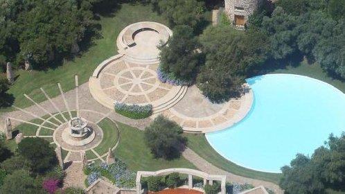https://www.ragusanews.com//immagini_articoli/23-02-2021/1614078273-berlusconi-villa-certosa-e-le-sue-168-stanze-valgono-259-milioni-2-280.jpg