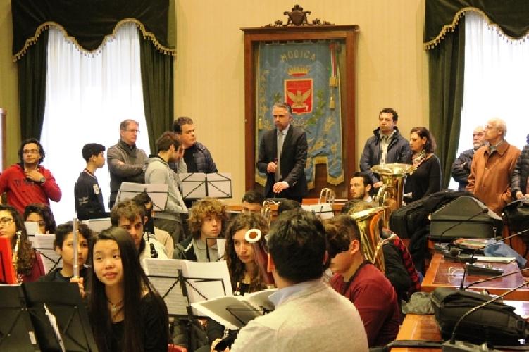 http://www.ragusanews.com//immagini_articoli/23-03-2016/e-gli-studenti-le-suonarono-al-sindaco-500.jpg