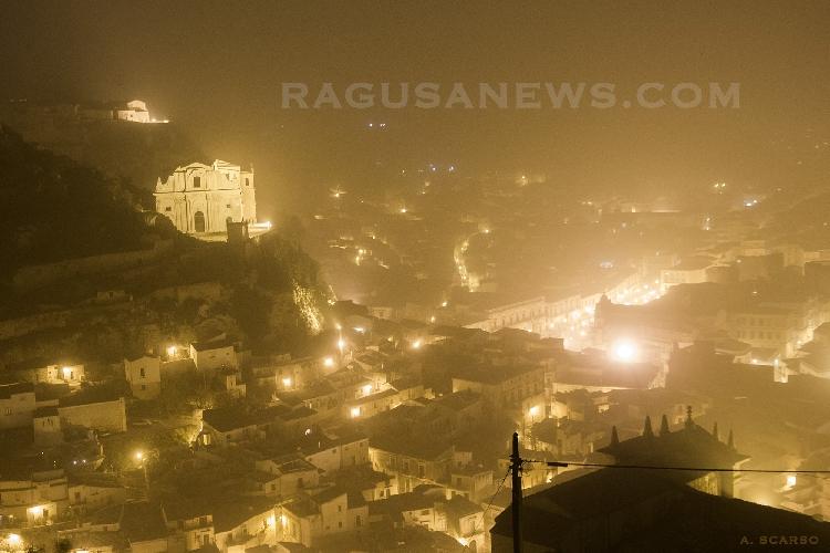 http://www.ragusanews.com//immagini_articoli/23-03-2016/una-tempesta-di-sabbia-africana-funesta-la-sicilia-500.jpg