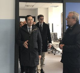 http://www.ragusanews.com//immagini_articoli/23-03-2018/assessore-razza-visita-ospedale-modica-240.jpg
