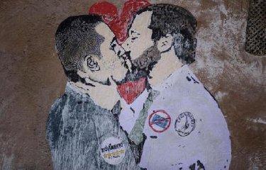 https://www.ragusanews.com//immagini_articoli/23-03-2018/bacio-salvini-maio-murales-240.jpg