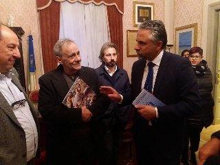 https://www.ragusanews.com//immagini_articoli/23-03-2018/roberto-vecchioni-accolto-modica-240.jpg