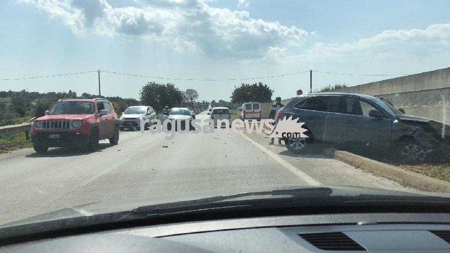 https://www.ragusanews.com//immagini_articoli/23-03-2019/incidente-modica-scicli-suv-sbatte-muro-500.jpg