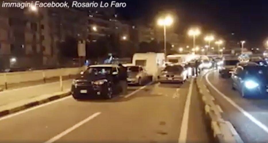 https://www.ragusanews.com//immagini_articoli/23-03-2020/code-d-auto-stretto-di-messina-continua-la-fuga-in-sicilia-video-500.jpg