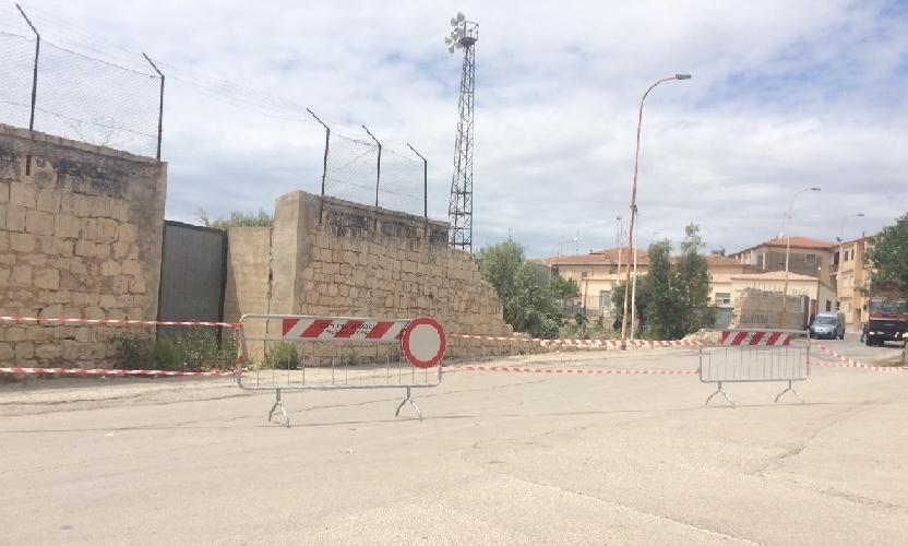 https://www.ragusanews.com//immagini_articoli/23-04-2014/e-crollata-una-parte-di-muro-dello-stadio-scapellato-500.jpg