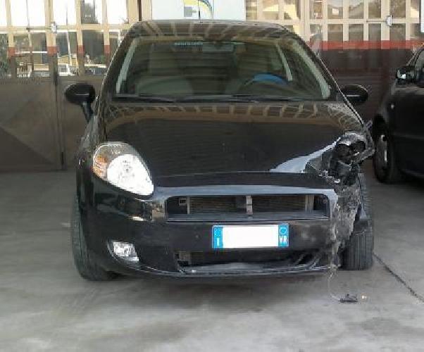 https://www.ragusanews.com//immagini_articoli/23-04-2014/ruba-una-punto-fa-un-incidente-e-scappa-500.jpg