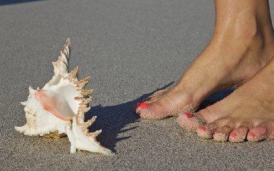 https://www.ragusanews.com//immagini_articoli/23-04-2018/barefooting-lenergia-arriva-camminando-piedi-nudi-240.jpg