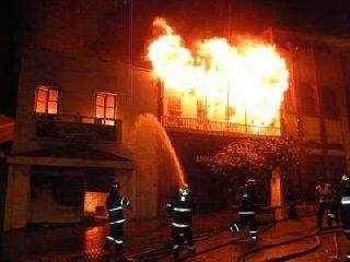 http://www.ragusanews.com//immagini_articoli/23-04-2018/ispica-incendiata-casa-estiva-consigliere-comunale-rosolini-240.jpg