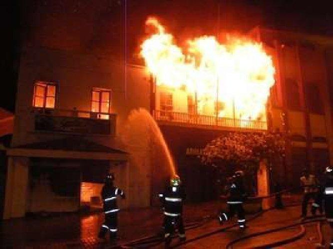 https://www.ragusanews.com//immagini_articoli/23-04-2018/ispica-incendiata-casa-estiva-consigliere-comunale-rosolini-500.jpg