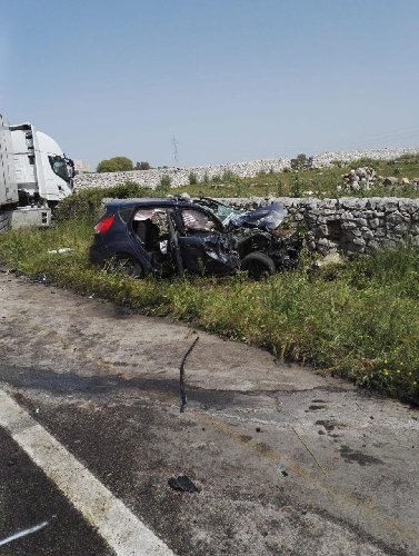 https://www.ragusanews.com//immagini_articoli/23-04-2019/incidente-ragusa-mare-auto-tir-500.jpg