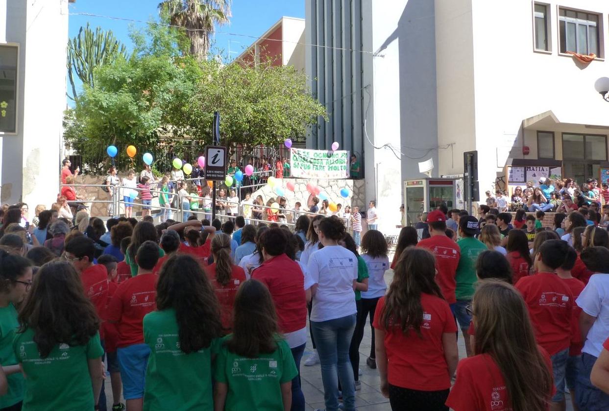 https://www.ragusanews.com//immagini_articoli/23-05-2015/1432402417-1-un-flash-mob-contro-la-violenza.jpg