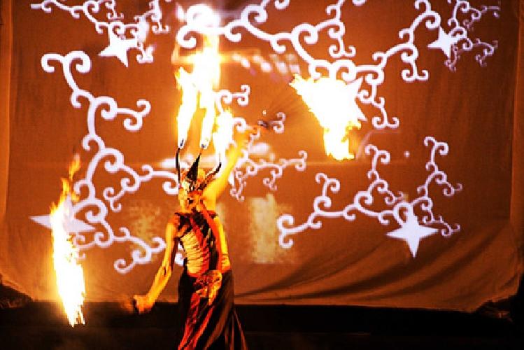 https://www.ragusanews.com//immagini_articoli/23-05-2016/teatro-del-fuoco-in-giappone-per-italia-amore-mio-500.jpg