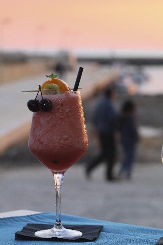 http://www.ragusanews.com//immagini_articoli/23-05-2017/cenare-tramonto-davanti-mare-donnalucata-500.jpg