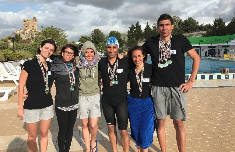 http://www.ragusanews.com//immagini_articoli/23-05-2017/master-ondablu-primo-trofeo-master-nuoto-500.jpg