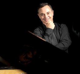 https://www.ragusanews.com//immagini_articoli/23-05-2018/pianista-bulgaro-kaltchev-concerto-scicli-240.jpg