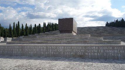 https://www.ragusanews.com//immagini_articoli/23-05-2018/ragusa-sara-inaugurato-sacrario-militare-240.jpg